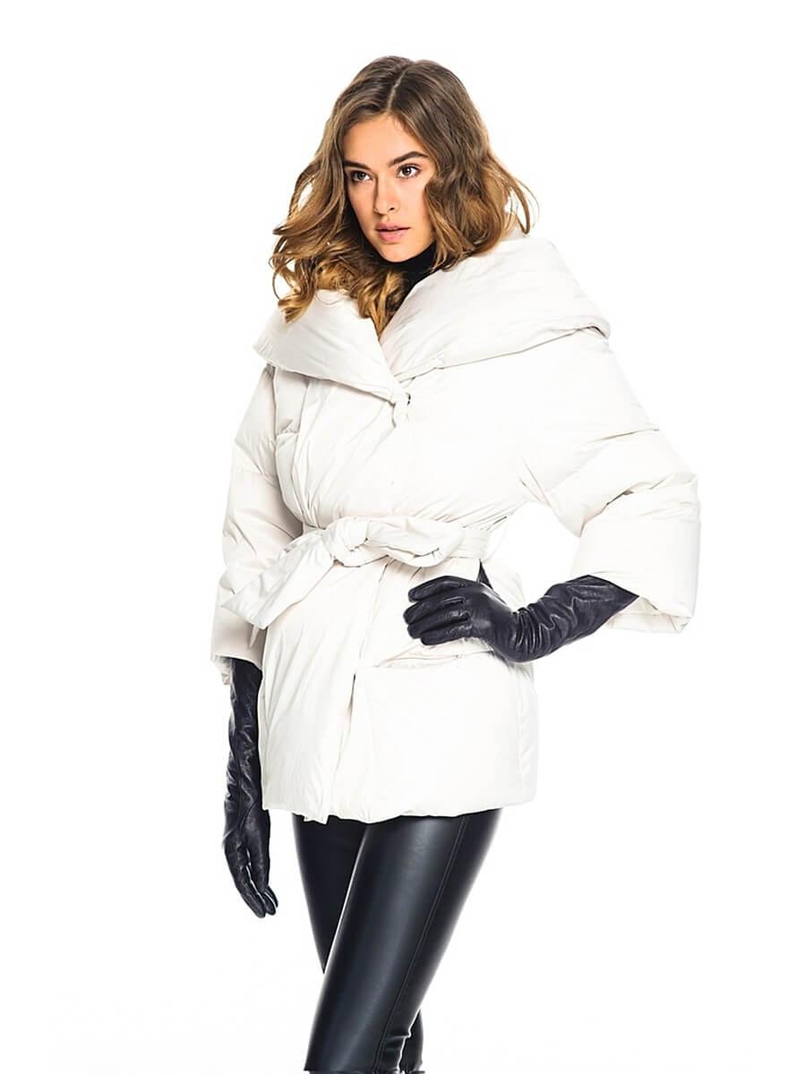 df151ec1b3f Светлата зима и леко удължените модели на долни палта с качулка, декорирана  с естествена кожа, са много модерни тази година. Качулката се закрепва с  копчета ...